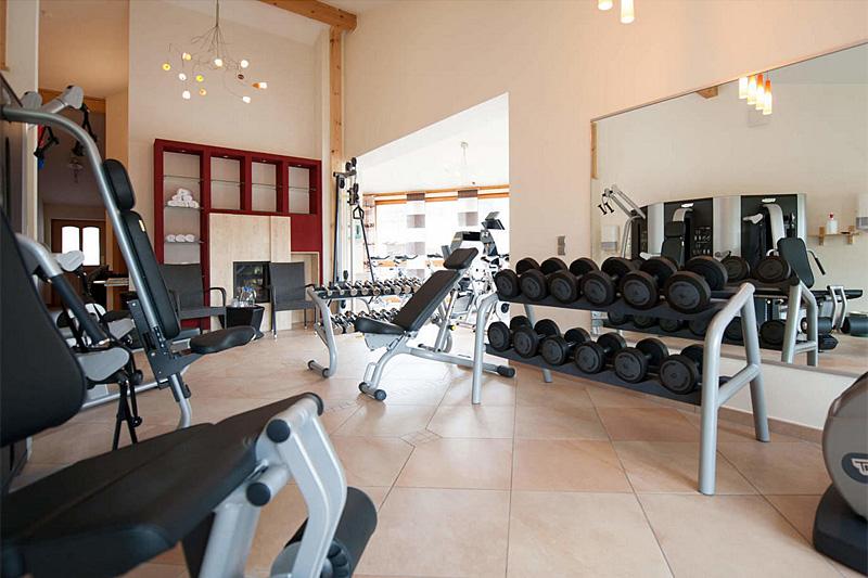 Fitnessraum hotel  Großer Fitnessraum im Hotel Kramerwirt mit Technogymgeräten ...