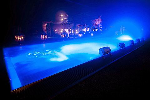 Wellnesshotel - Pool mit Beleuchtung