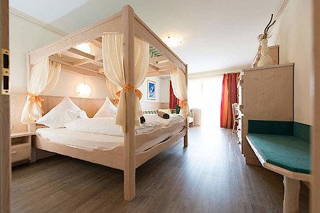 Standard- & Komfortzimmer Typ9a - Schlafraum mit Himmelbett
